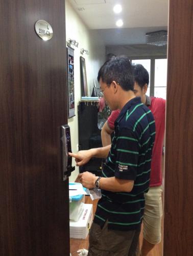 Lắp đặt khóa vân tay samsung SHS H705 tại phòng 2101-C3 Mandarin